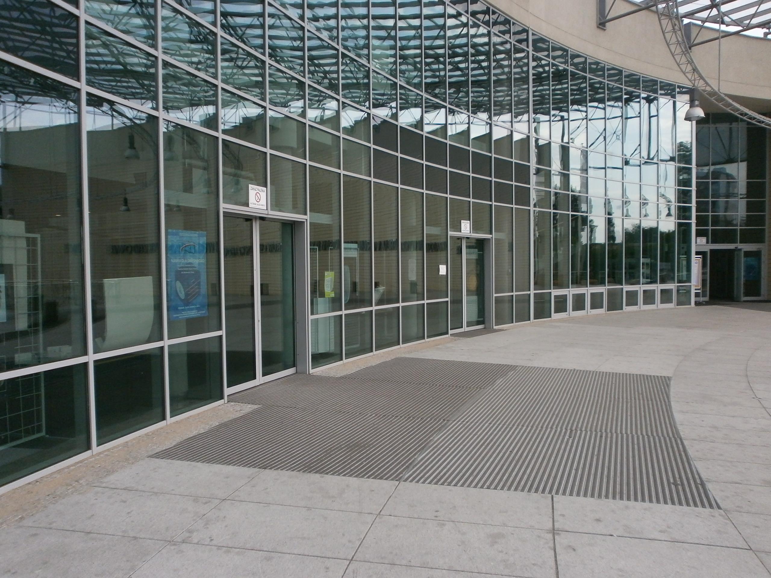 Główne wejście do biblioteki i centrum wykładowego