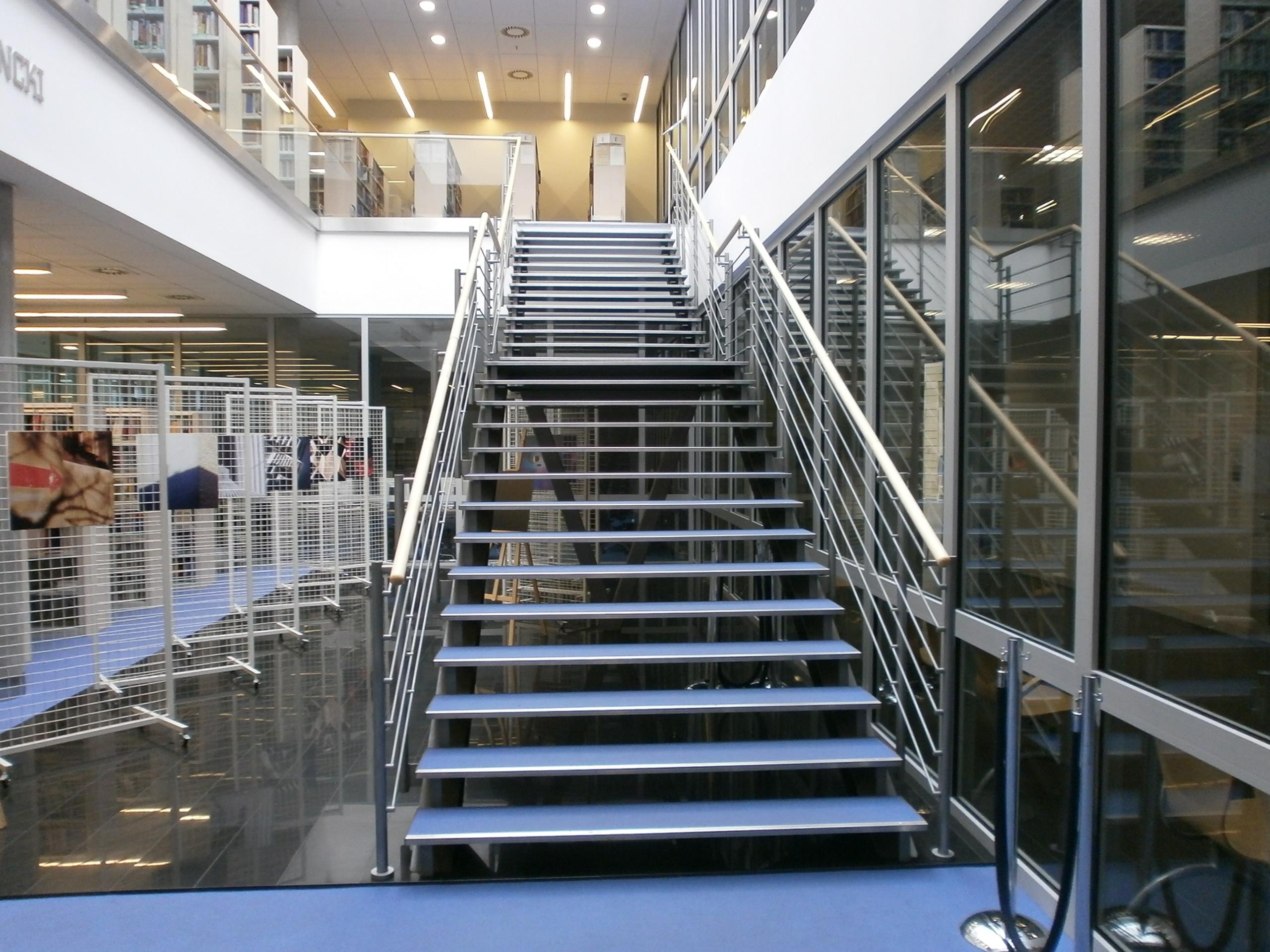 Schody wewnątrz biblioteki, łączące jej dwa poziomy