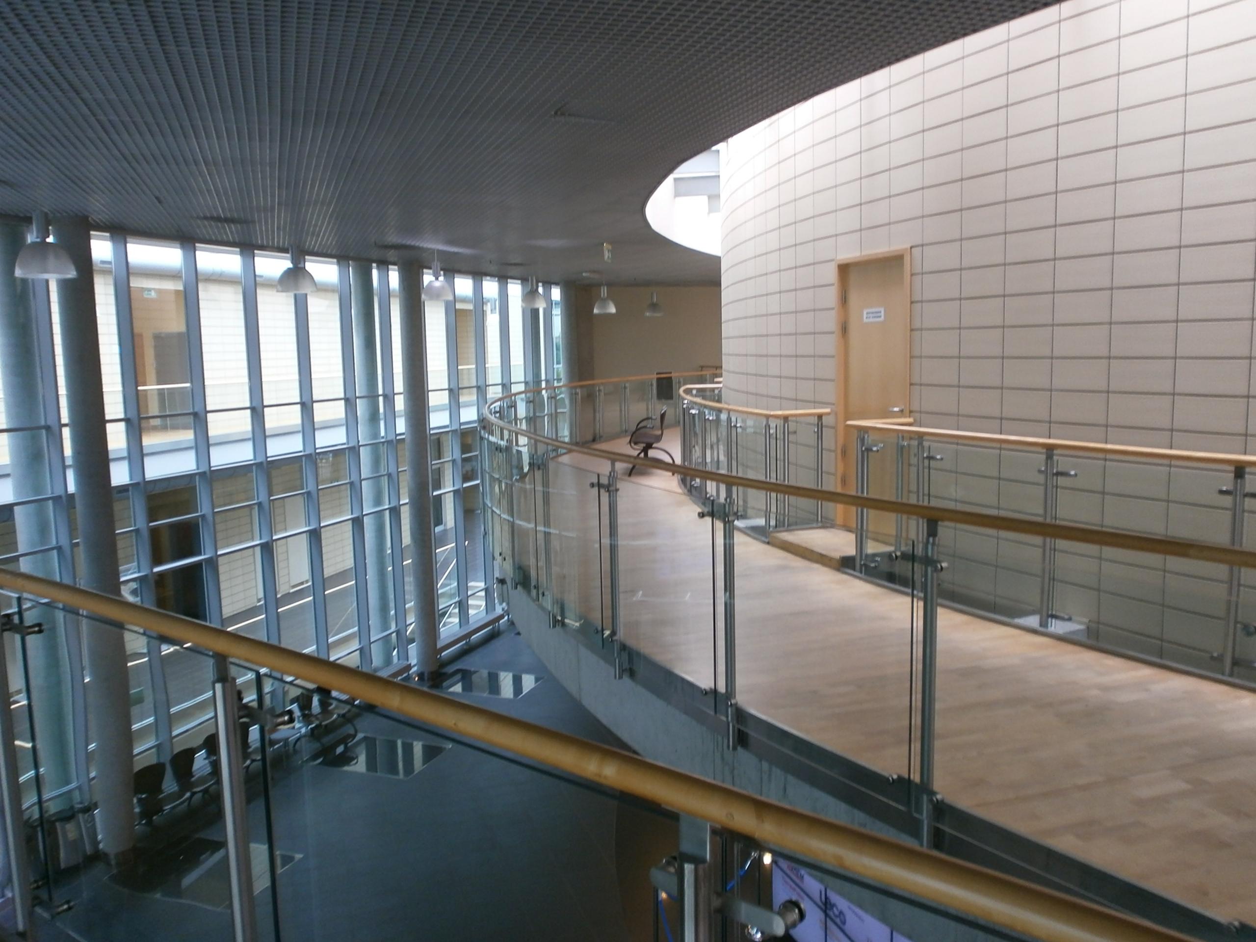 Otwarte ścieżki na 1. piętrze prowadzące do sal wykładowych