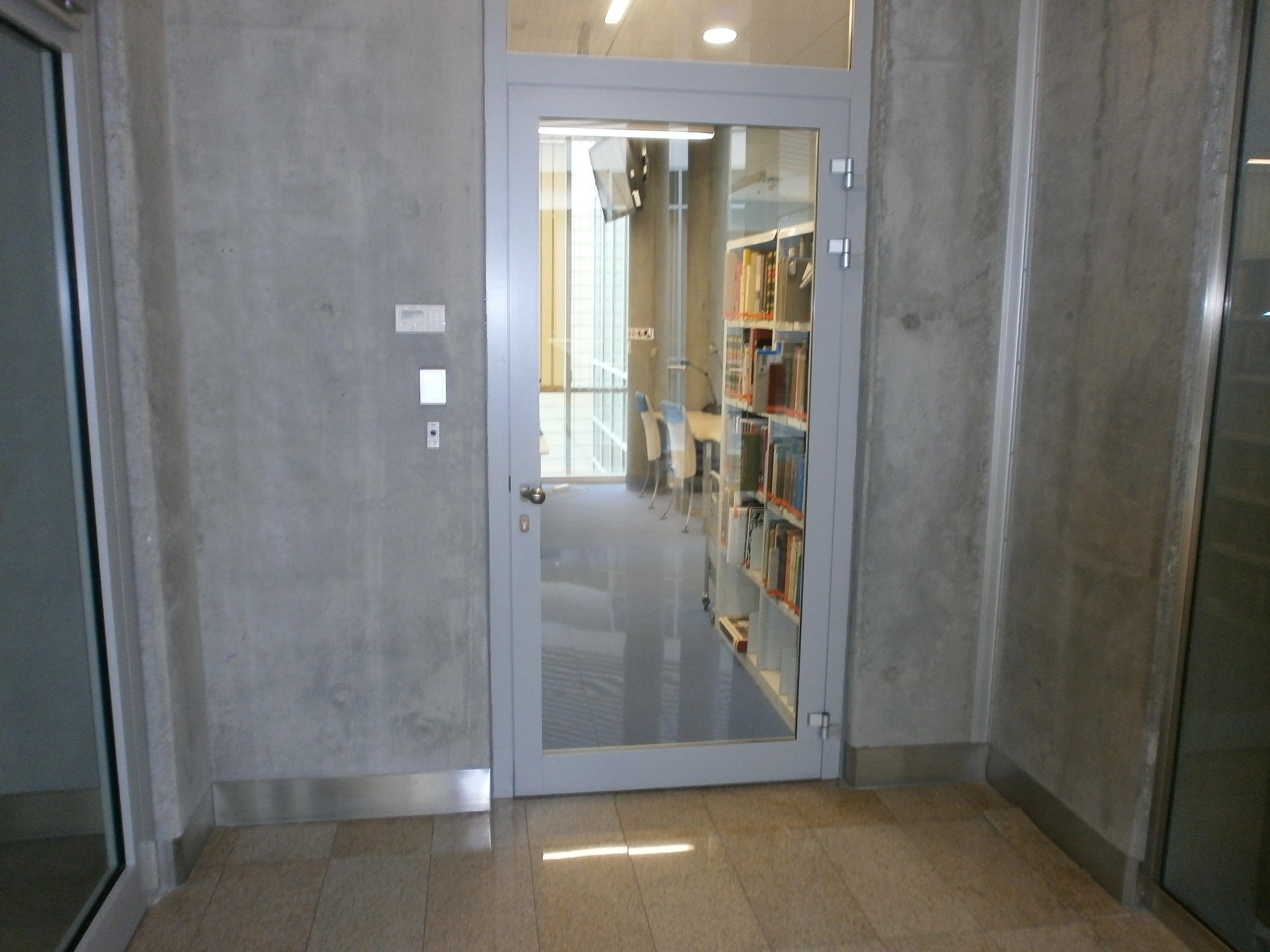 Nieoznaczone wejście do czytelni, specjalnie dla niepełnosprawnych - bo najbliżej windy