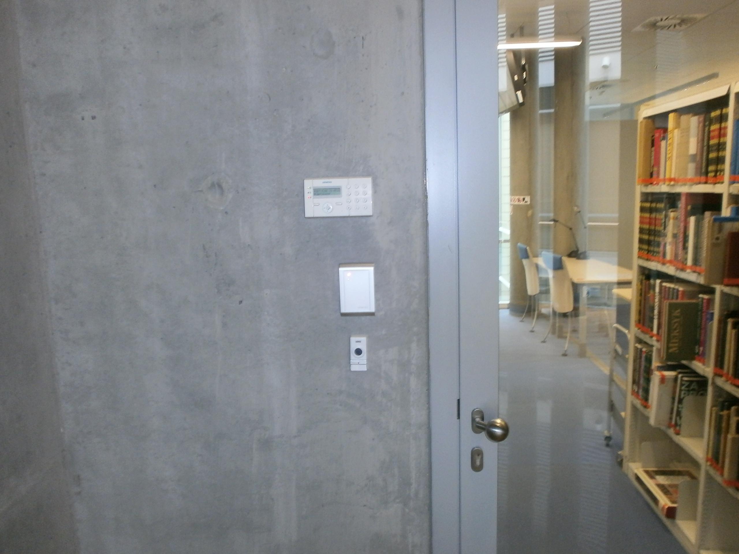 Nieoznaczone wejście do czytelni, specjalnie dla niepełnosprawnych - bo najbliżej windy - dzwonek